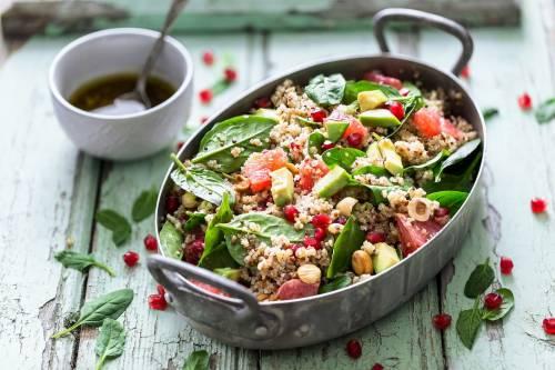 Saludable y Refrescante: Ensalada Vegana de Bulgur y Granada con Vinagreta de Frutos Secos y Yogur