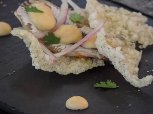 Boquerón marinado sobre corteza de algas