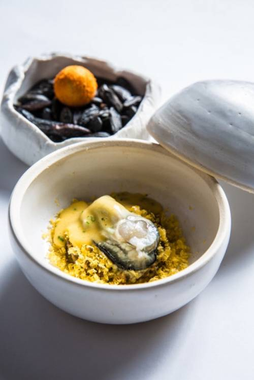 Huevo con ostra y guiso de pipas tiernas