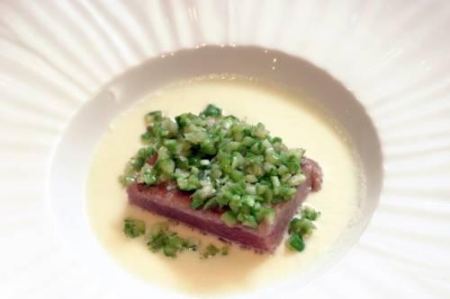 Sopa de espárragos blancos con ventresca de atun y cus cus de espárragos verdes
