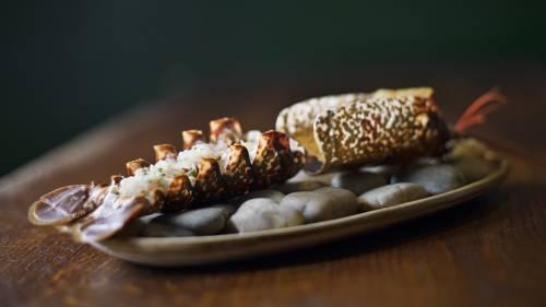 Tartar de bogavante con crujiente de pollo y Coral de bogavante con caldo de pollo thai