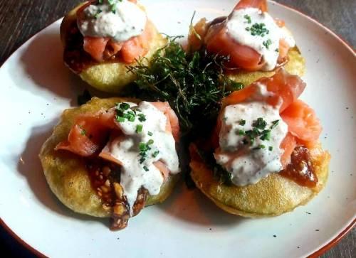 TOMATES VERDES FRITOS con salmón ahumado y salsa tártara