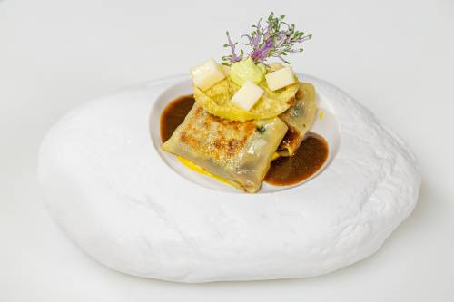 Ravioli de pasta wonton relleno de steak tartare de picaña y oreja de cerdo