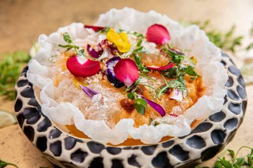 Gazpacho de nísperos y mango con polvo de lima, arroz frito, tomate seco y ralladura de pecorino.