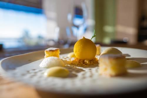 Limón mimético relleno de sorbete de champagne, granizado de ginebra y helado de albahaca y lima