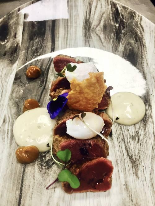 Lomito saltado de ternera espuma de patata trufada, huevo de codorniz y papel de arroz