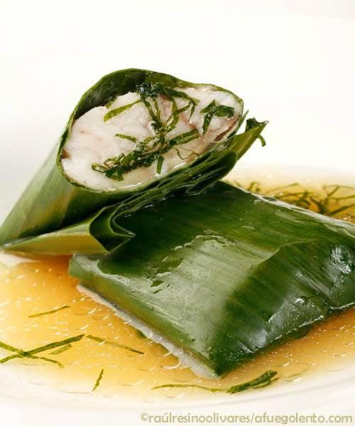 Lubina salvaje envuelta en hoja de Banano, cocinada a baja temperatura en caldo de miso   Recetas y menús Pescados