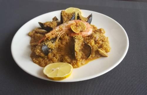 Paella de mariscos con quinoa