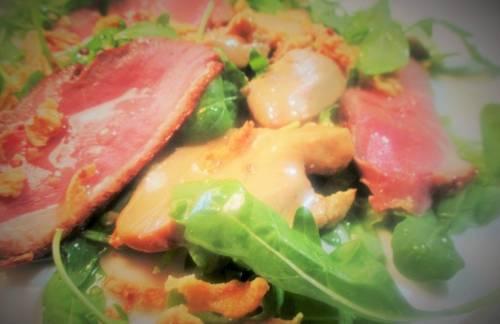 Ensalada veraniega de foie gras y magret en carpaccio