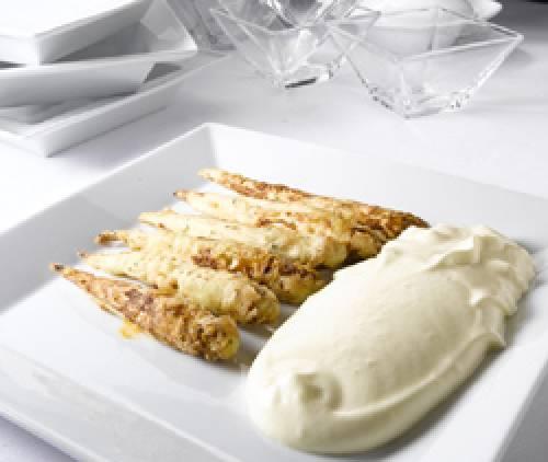 Espárragos blancos fritos y mayonesa tibia