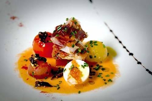 Receta de Salmorejo con texturas de tomate, anchoas y huevo de codorniz