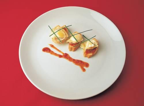 Montaditos de cigalas con piña y huevo frito