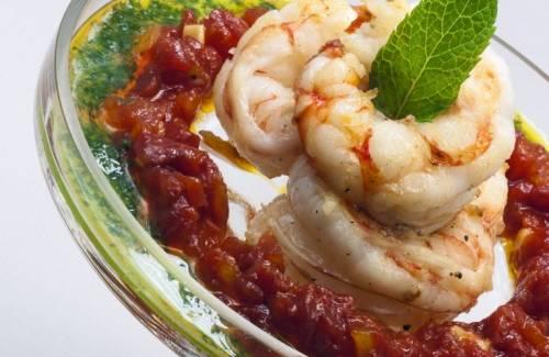 Gambas rojas de Sóller, tomate dulce y aceite de hierbabuena