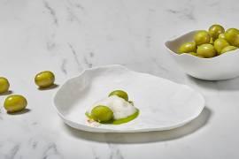 Gazpacho de aceitunas Gordal,  sopa de hierbas y almendras