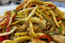 Tallarines Chinos con Pollo y Verduras