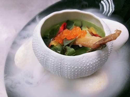 Gazpacho verde con perlas de pimiento rojo picante y anguila ahumada