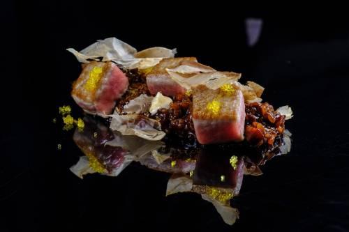 Tacos de cola blanca de  de atun rojo salvaje de almadraba  sobre arroz ahumado de pellejo de atun