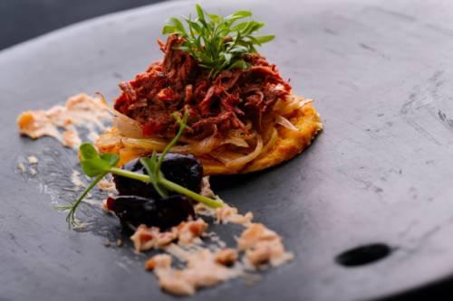 Cachapas - Cebolla y Ciruelas Caramelizadas Carne mechada de Cabrito - Crema de Anacardo