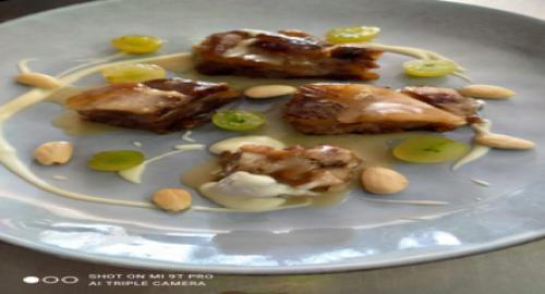 Rabitos de cerdo a baja temperatura glaseado al hinojo con uvas, queso de cabra y almendras