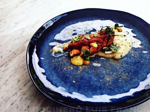 Suprema de pollo en salsa de tomates, con cremoso de chirivía salsa de curry amarillo