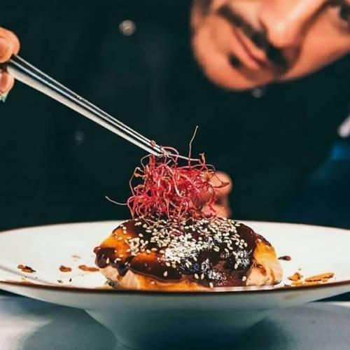 LOMO DE SALMON GLASEADO Con quinoa y vegetales salteados