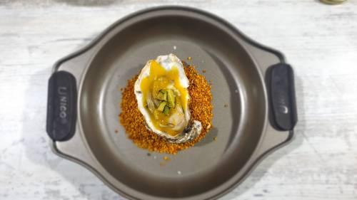 Ostras en escabeche de mango cítrico con aguacate soasado y sal de shitake