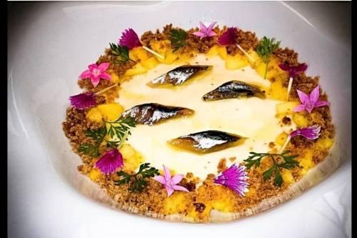 Sopa de queso la casota con mango  higos macerados ,pan de especias y boquerón ahumado con aove arbequina ahumado