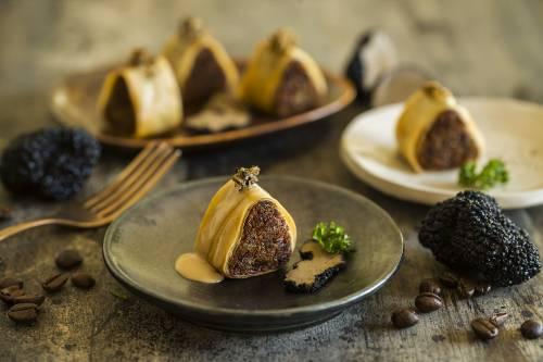 Canelón crujiente de pato, salsa de foie y trufa