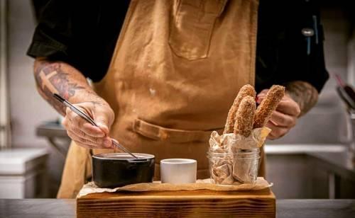 Churros de calabaza con mantecado de queso fresco y salsa de coco y gengibre.