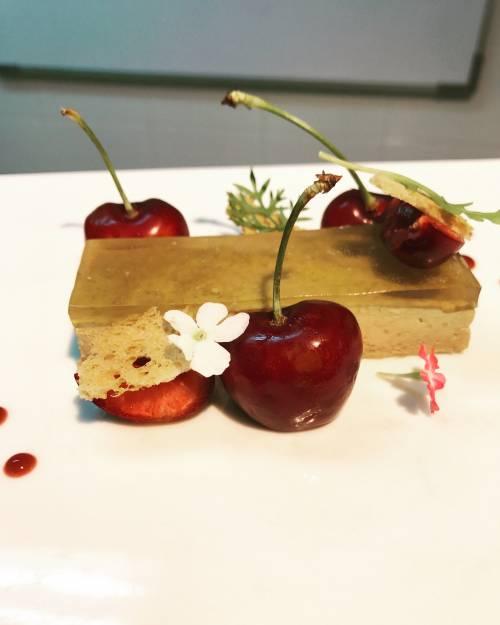 Terrina de foie con palo cortado, cerezas y almendra amarga.