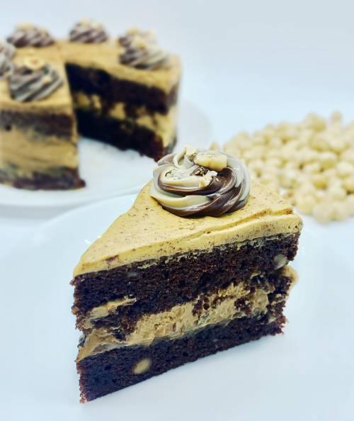Tarta de chocolate y avellanas rellena de dulce de leche