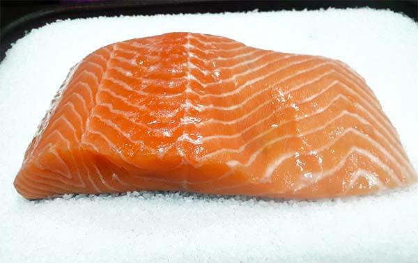 Receta Salmon Parrilla Sobre Lecho Sal Colinabo Chorizo Salsa Almendras Yogur Jengibre 5